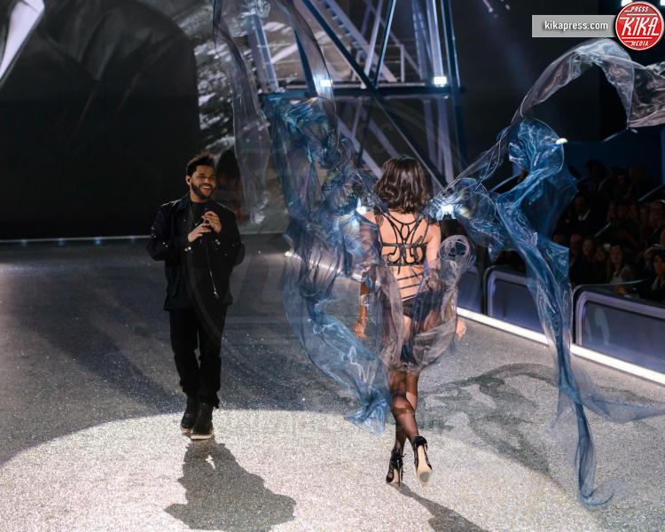 The Weeknd, Sara Sampaio - Parigi - 01-12-2016 - Lady Gaga sfila con gli Angeli di Victoria's Secret a Parigi
