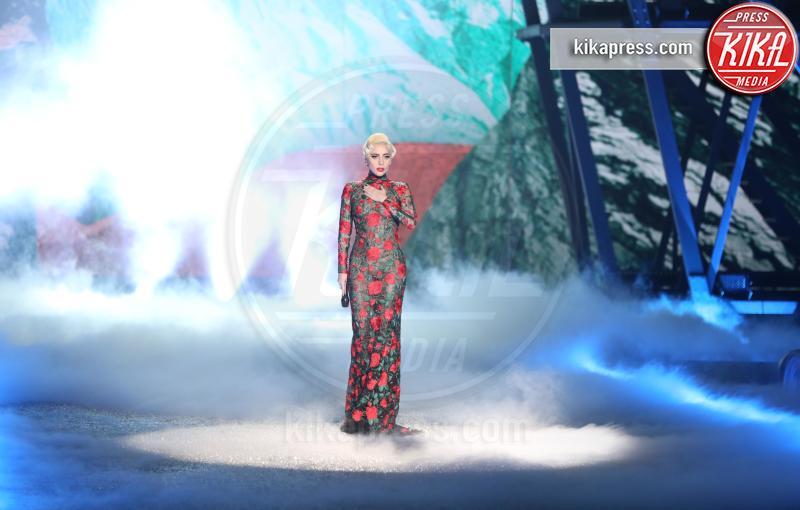 Lady Gaga - Parigi - 01-12-2016 - Lady Gaga sfila con gli Angeli di Victoria's Secret a Parigi