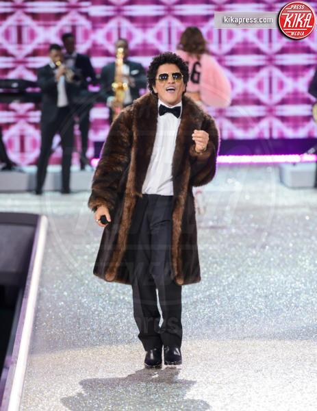 Bruno Mars - Parigi - 30-11-2016 - Lady Gaga sfila con gli Angeli di Victoria's Secret a Parigi