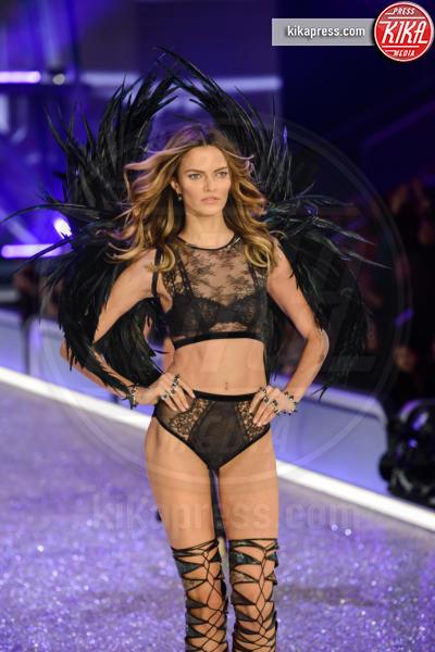 Barbara Fialho - Parigi - 01-12-2016 - Lady Gaga sfila con gli Angeli di Victoria's Secret a Parigi