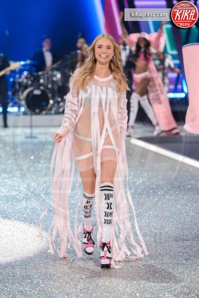Brooke Perry - Parigi - 30-11-2016 - Lady Gaga sfila con gli Angeli di Victoria's Secret a Parigi