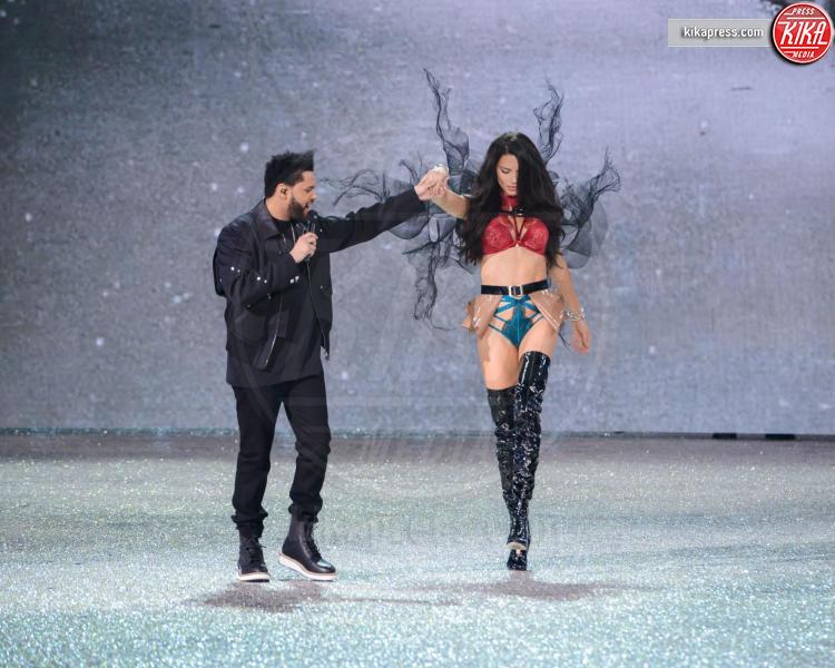 The Weeknd, Adriana Lima - Parigi - 30-11-2016 - Lady Gaga sfila con gli Angeli di Victoria's Secret a Parigi