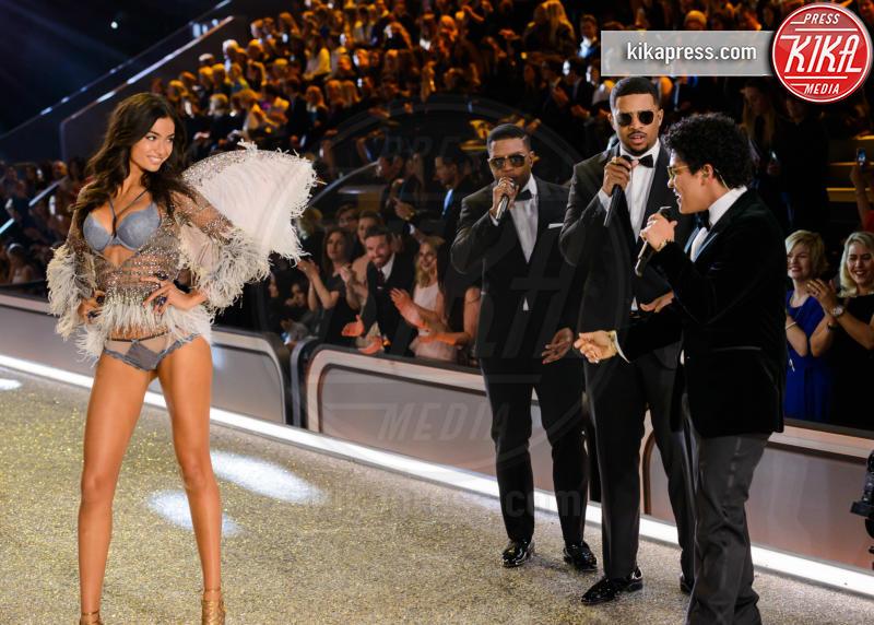 Kelly Gale, Bruno Mars - Parigi - 01-12-2016 - Lady Gaga sfila con gli Angeli di Victoria's Secret a Parigi