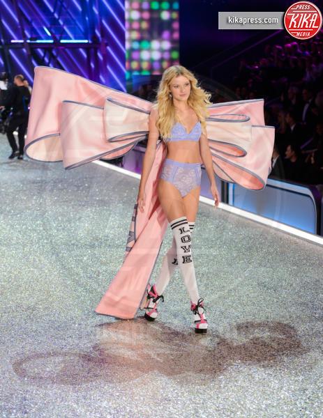 Maggie Lane - Parigi - 30-11-2016 - Lady Gaga sfila con gli Angeli di Victoria's Secret a Parigi