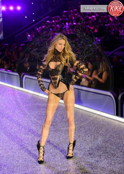 Elsa Hosk - Parigi - 01-12-2016 - Lady Gaga sfila con gli Angeli di Victoria's Secret a Parigi