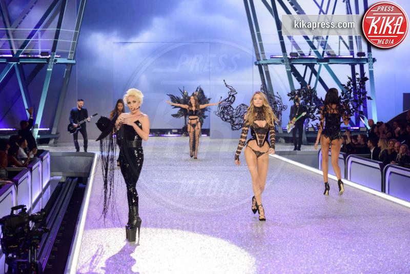 Elsa Hosk, Lady Gaga - Parigi - 01-12-2016 - Lady Gaga sfila con gli Angeli di Victoria's Secret a Parigi