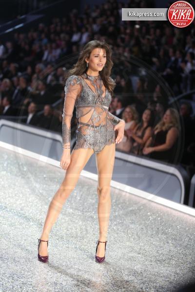Modella, Model - Parigi - 01-12-2016 - Victoria's Secret: più belli gli Angeli o... i reggiseni?