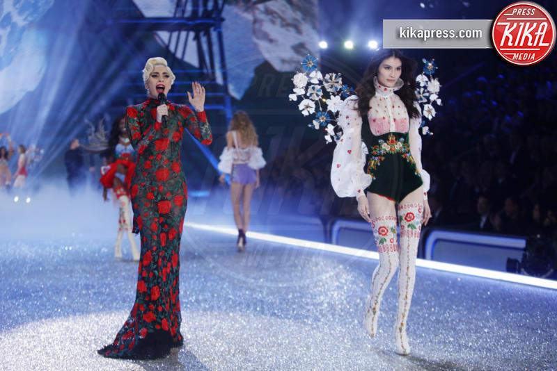 Sui He, Lady Gaga - Parigi - 30-11-2016 - Victoria's Secret: più belli gli Angeli o... i reggiseni?