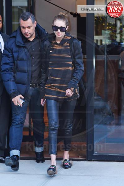 Gigi Hadid - New York - 09-12-2016 - Chiara Ferragni e Gigi Hadid cercano il pelo... nelle pantofole!