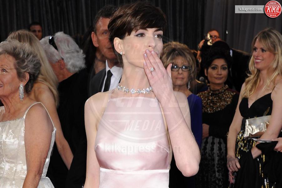 Anne Hathaway - Hollywood - 24-02-2013 - Emily Ratajkowski mostra l'enorme anello di fidanzamento