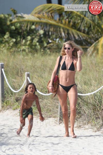 Phyllon Joy Gorre, Doutzen Kroes - Miami - 03-01-2017 - La mamma più sexy in spiaggia? È lei, la riconosci?
