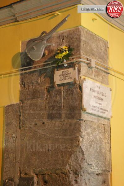 Via Pino Daniele, chitarra, Pino Daniele, Targa - Napoli - 04-01-2017 - Pino Daniele, Napoli lo ricorda a due anni dalla scomparsa