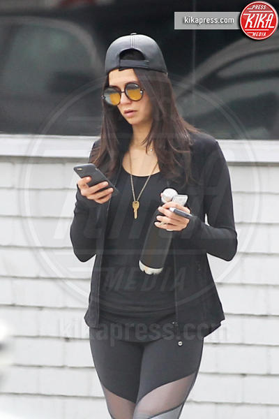 Nina Dobrev - Los Angeles - 03-01-2017 - Questa bottiglia è di Nina Dobrev: c'è scritto sopra!