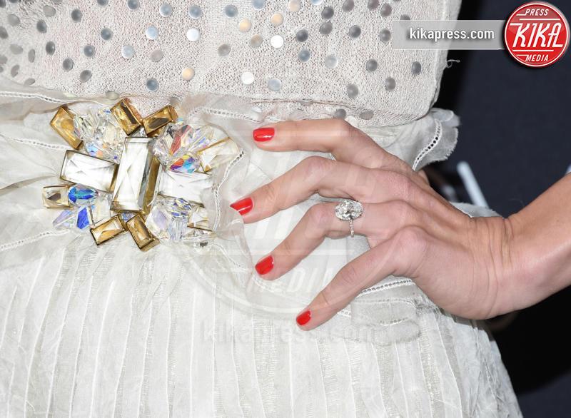 Julianne Hough - Beverly Hills - 08-01-2017 - Emily Ratajkowski mostra l'enorme anello di fidanzamento