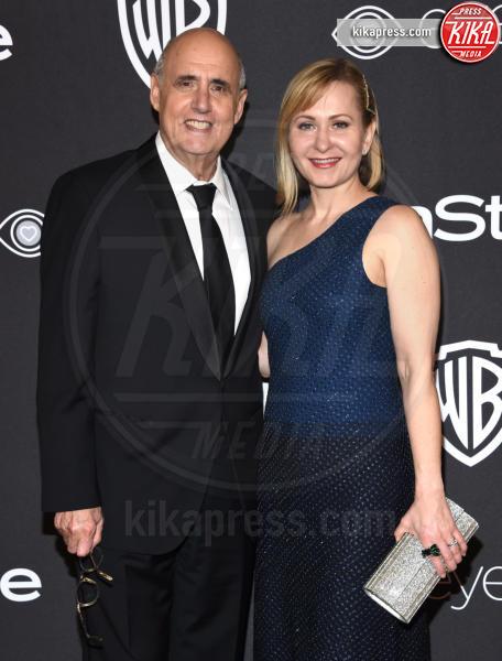 Kasia Ostlun, Jeffrey Tambor - Beverly Hills - 08-01-2017 - Golden Globe 2017: lo spacco dispettoso di Emily Ratajkowsky