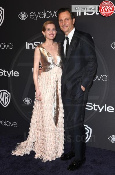 Mireille Enos, Tony Goldwyn - Beverly Hills - 08-01-2017 - Golden Globe 2017: lo spacco dispettoso di Emily Ratajkowsky