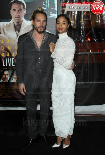 Marco Perego, Zoe Saldana - Los Angeles - 10-01-2017 - Sienna Miller-Elle Fanning-Zoe Saldana: che trio per Ben Affleck