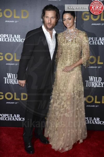 Camila Alves, Matthew McConaughey - New York - 17-01-2017 - Matthew McConaughey e Camila, coppia d'oro alla première di Gold