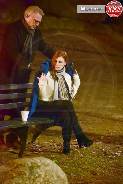Jessica Chastain, Kevin Costner - New York - 30-01-2017 -  Jessica Chastain sfida il freddo con la borsa dell'acqua calda