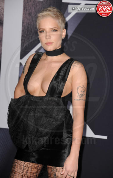 Halsey - Los Angeles - 02-02-2017 - 50 sfumature di nero: perse nella scollatura di Dakota Johnson