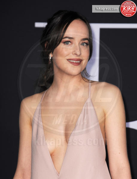 Dakota Johnson - Los Angeles - 03-02-2017 - 50 sfumature di nero: perse nella scollatura di Dakota Johnson