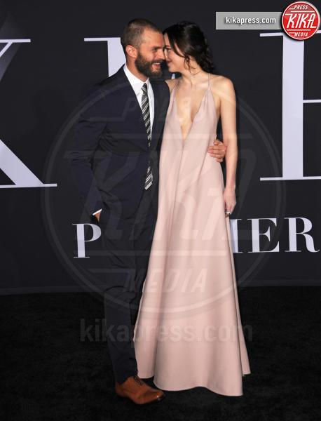 Jamie Dornan, Dakota Johnson - Los Angeles - 02-02-2017 - SAG Awards: Amanda Anka e Dakota Johnson, chi lo indossa meglio?