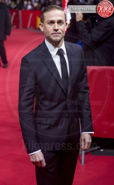 Charlie Hunnam - Berlino - 14-02-2017 - Berlino, Robert Pattinson impellicciato sul tappeto rosso