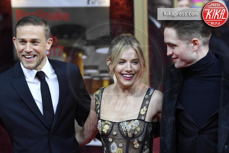 Robert Pattinson, Sienna Miller, Charlie Hunnam - Berlino - 14-02-2017 - Berlino, Robert Pattinson impellicciato sul tappeto rosso