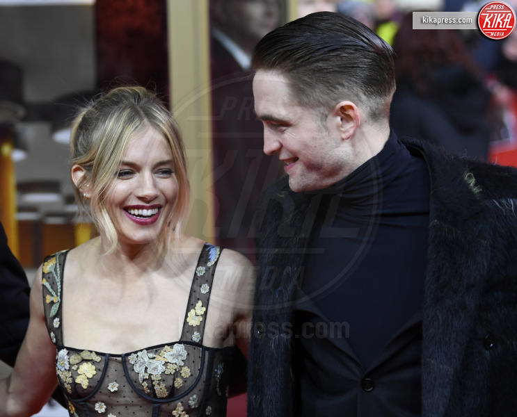 Robert Pattinson, Sienna Miller - Berlino - 14-02-2017 - Berlino, Robert Pattinson impellicciato sul tappeto rosso
