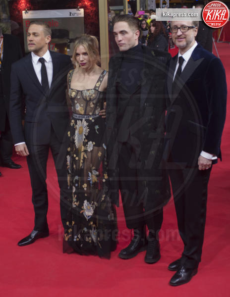 James Gray, Robert Pattinson, Sienna Miller, Charlie Hunnam - Berlino - 14-02-2017 - Berlino, Robert Pattinson impellicciato sul tappeto rosso