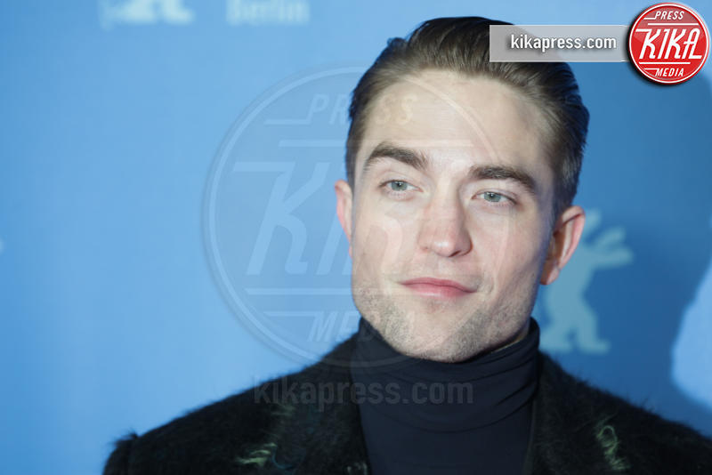 Robert Pattinson - Berlino - 14-02-2017 - Berlino, Robert Pattinson impellicciato sul tappeto rosso