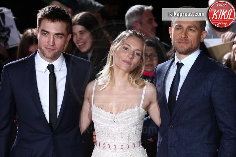 Charlie Hannam, Robert Pattinson, Sienna Miller - Londra - 16-02-2017 - Robert Pattinson e FKA Twigs, amore a gonfie vele!