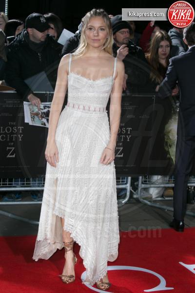 Sienna Miller - Londra - 16-02-2017 - Robert Pattinson e FKA Twigs, amore a gonfie vele!
