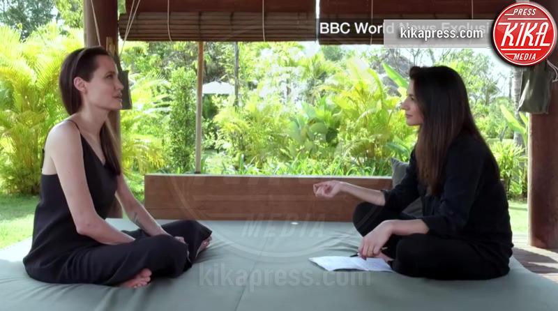 Angelina Jolie - Cambogia - Angelina Jolie cuoca d'insetti per la troupe della BBC