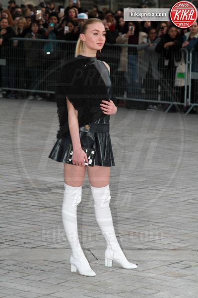 Sophie Turner - Parigi - 07-03-2017 - Paris Fashion Week, la sfilata dei vip en plein air!