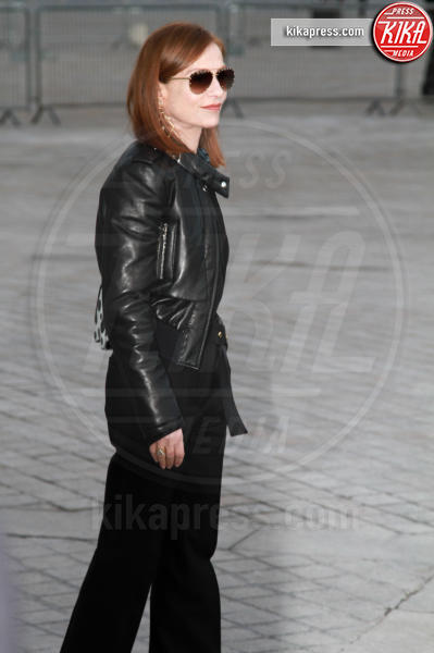 Isabelle Huppert - Parigi - 07-03-2017 - Paris Fashion Week, la sfilata dei vip en plein air!