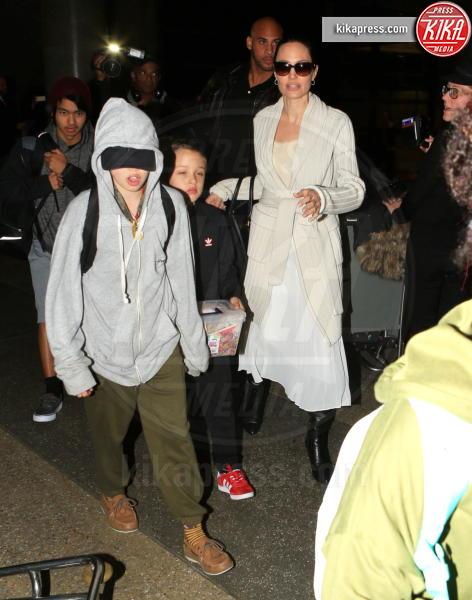 Shiloh Jolie-Pitt, Zahara Jolie-Pitt, Vivienne Jolie Pitt, Knox Leon Jolie Pitt, Maddox Jolie Pitt, Pax Thien Jolie Pitt, Angelina Jolie - LAX - 18-03-2017 - Angelina Jolie, quant'è bello fare la bambinaia!