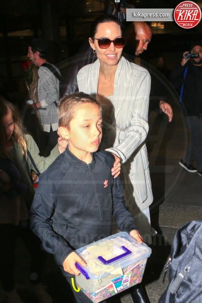 Knox Leon Jolie Pitt, Angelina Jolie - LAX - 18-03-2017 - Angelina Jolie, quant'è bello fare la bambinaia!