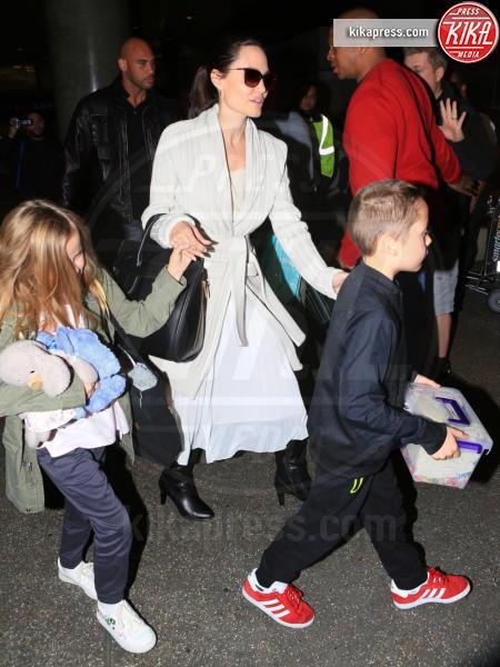 Vivienne Jolie Pitt, Knox Leon Jolie Pitt, Angelina Jolie - LAX - 18-03-2017 - Angelina Jolie, quant'è bello fare la bambinaia!
