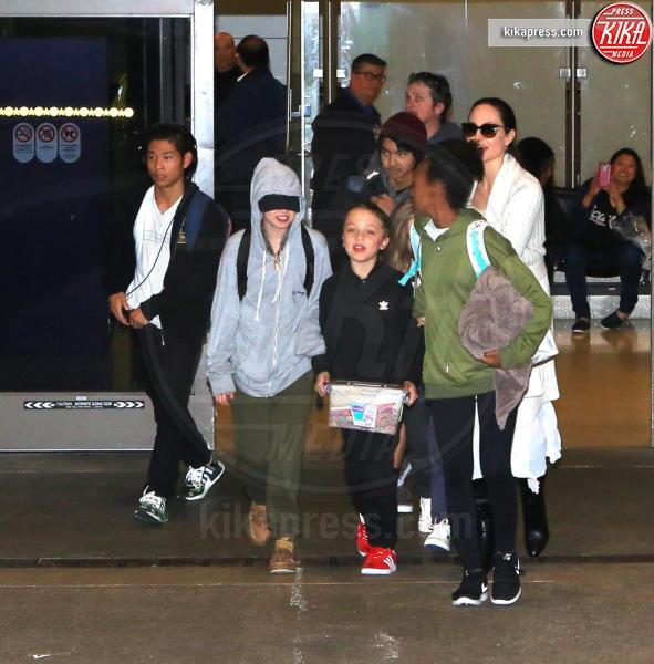 Shiloh Jolie-Pitt, Zahara Jolie-Pitt, Vivienne Jolie Pitt, Knox Leon Jolie Pitt, Maddox Jolie Pitt, Pax Thien Jolie Pitt, Angelina Jolie - LAX - 18-03-2017 - Angelina Jolie affitta la casa di Breaking Bad. Ecco perché