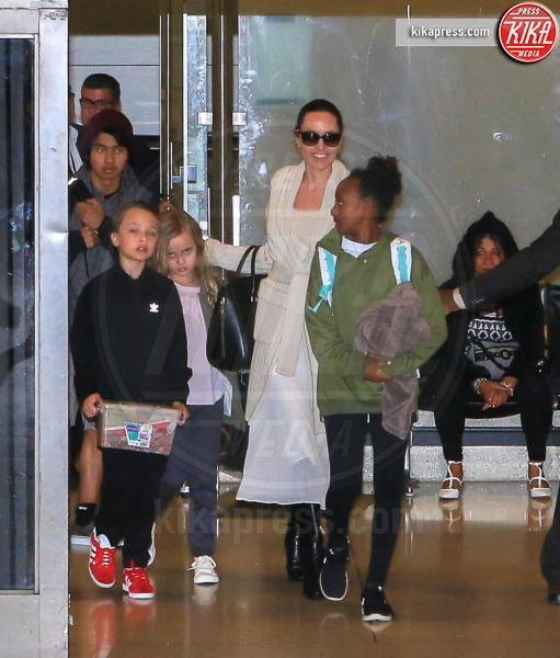 Zahara Jolie-Pitt, Vivienne Jolie Pitt, Pax Thien Jolie Pitt, Angelina Jolie - LAX - 18-03-2017 - Angelina Jolie, quant'è bello fare la bambinaia!