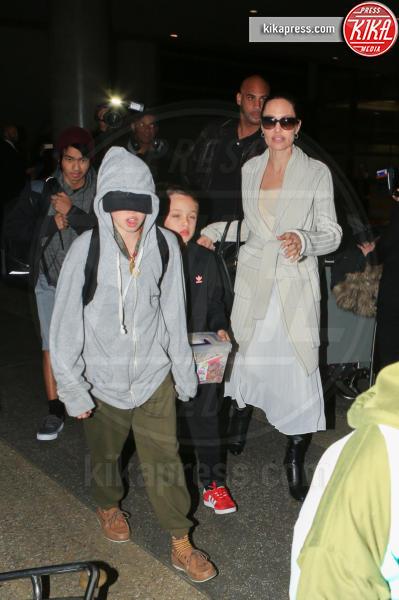 Shiloh Jolie-Pitt, Angelina Jolie - LAX - 18-03-2017 - Angelina Jolie, quant'è bello fare la bambinaia!