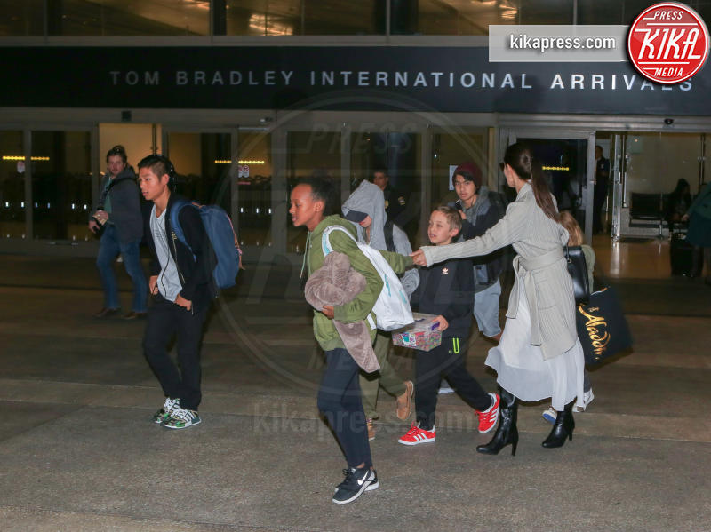 Shiloh Jolie-Pitt, Zahara Jolie-Pitt, Vivienne Jolie Pitt, Knox Leon Jolie Pitt, Maddox Jolie Pitt, Pax Thien Jolie Pitt, Angelina Jolie - LAX - 18-03-2017 - Maddox Jolie-Pitt: il racconto shock del volontario cambogiano