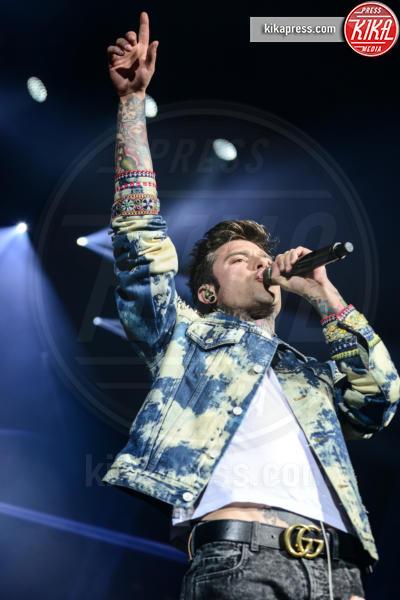Fedez - Verona - Roma - Ravenna - 18-03-2017 - Fedez con jeans con le toppe in concerto. Cosa ne pensa Chiara?