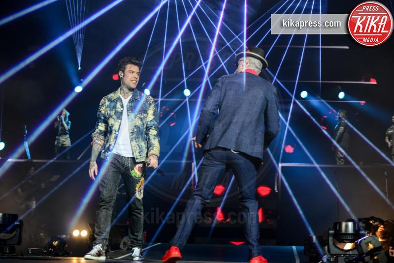 Fedez, J-Ax - Verona - Roma - Ravenna - 18-03-2017 - Fedez con jeans con le toppe in concerto. Cosa ne pensa Chiara?