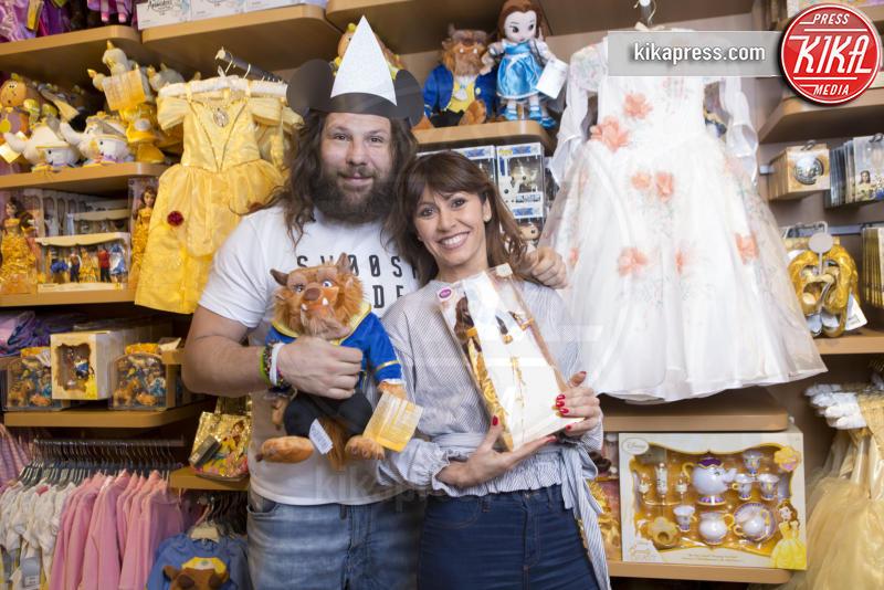 Sara Di Vaira, Martin Castrogiovanni - Roma - 28-03-2017 - Martin Castrogiovanni e Sara di Vaira, shopping da bambini!
