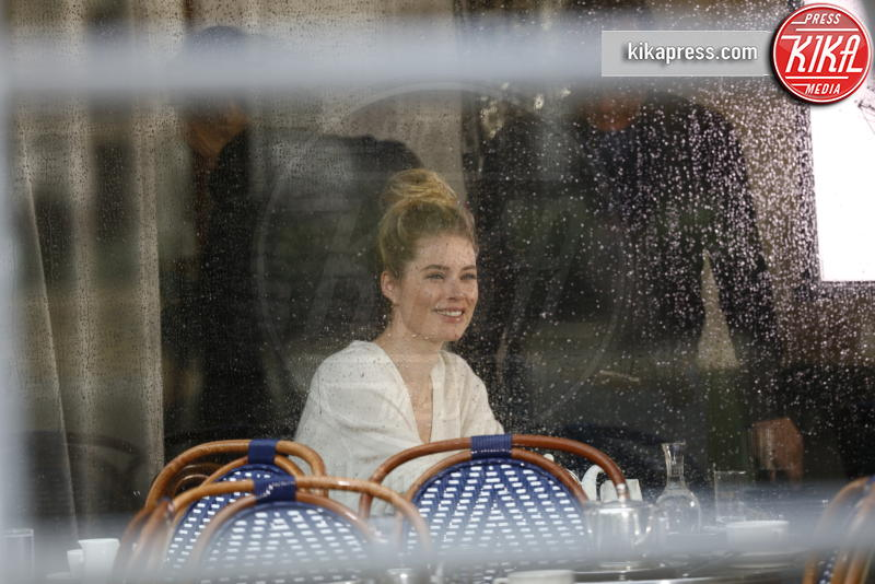 Doutzen Kroes - Parigi - 31-03-2017 - Gocce di pioggia su Doutzen Kroes nello spot L'Oréal