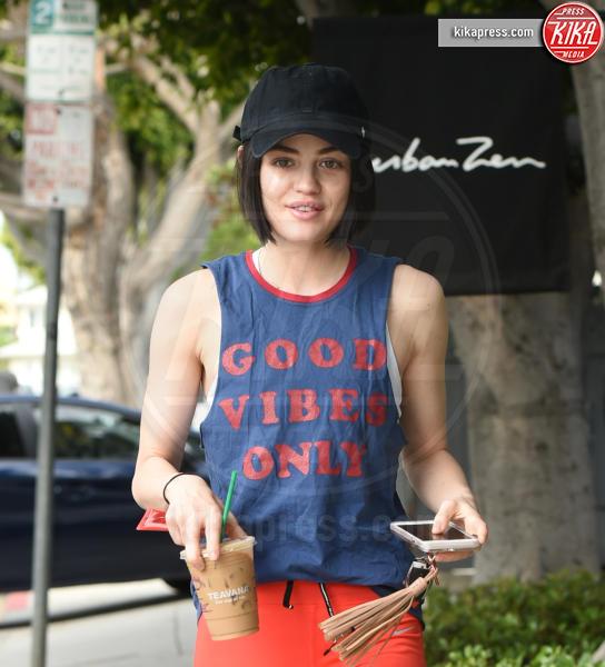 Lucy Hale - Los Angeles - 13-04-2017 - Altro che social, per comunicare si usano le magliette!