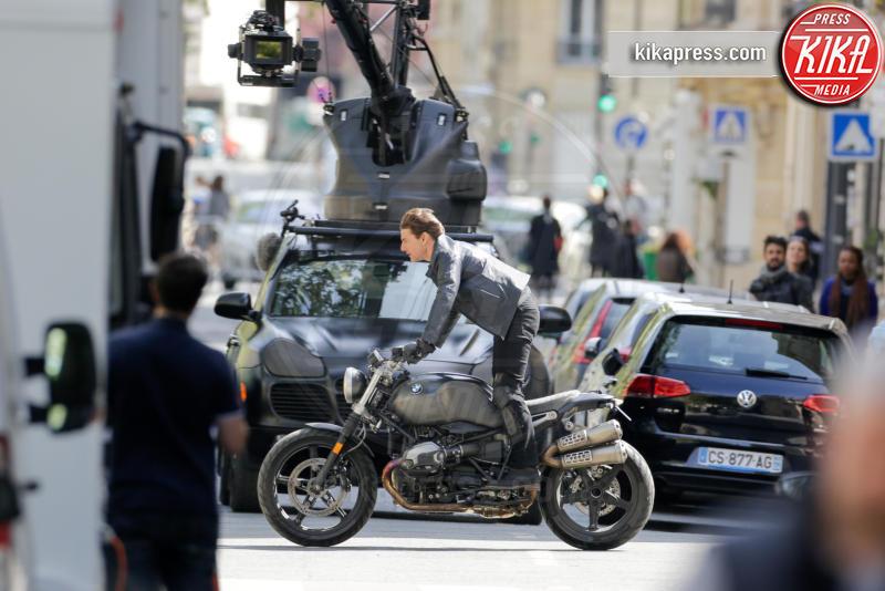 Tom Cruise - Parigi - 11-04-2017 - Tom Cruise impenna in motocicletta a Parigi