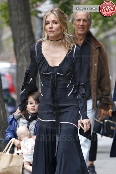 Edwin Miller, Marlowe Sturridge, Sienna Miller - New York - 19-04-2017 - Sienna Miller, Brad Pitt può attendere: ora c'è solo la famiglia
